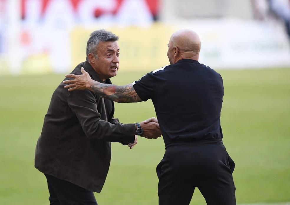 Domènec Torrent aperta a mão de Jorge Sampaoli antes de Flamengo x Atlético-MG — Foto: André Durão
