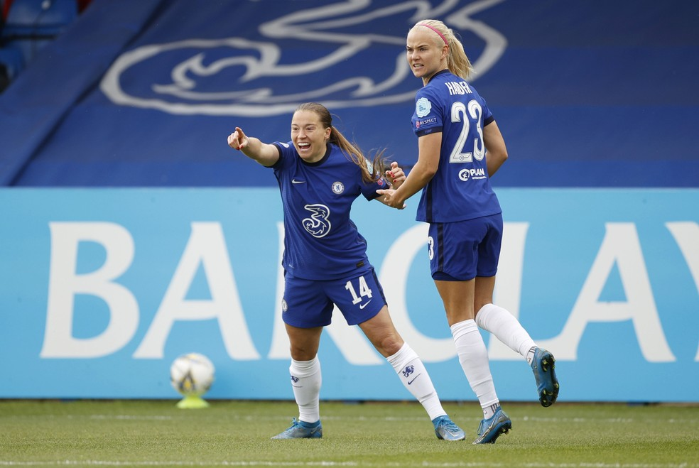 Fran Kirby e Pernille Harder comemoram gol do Chelsea — Foto: Reuters/John Sibley