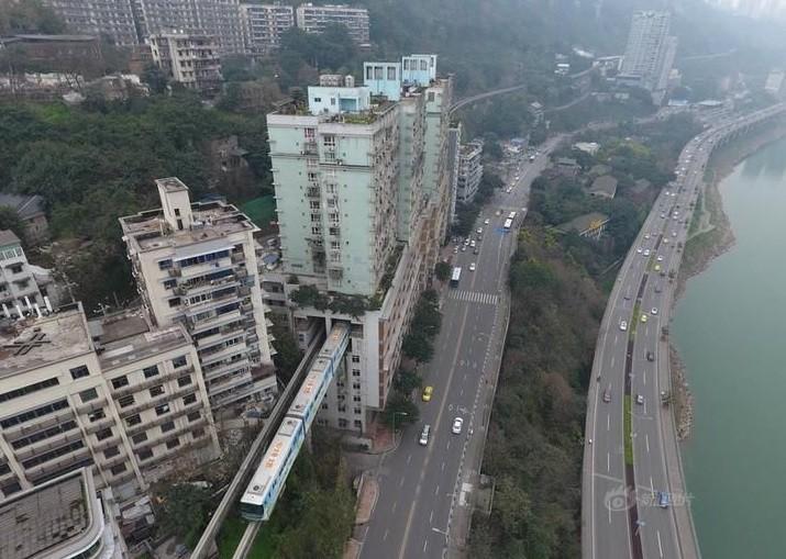 O trem cruza três blocos residenciais