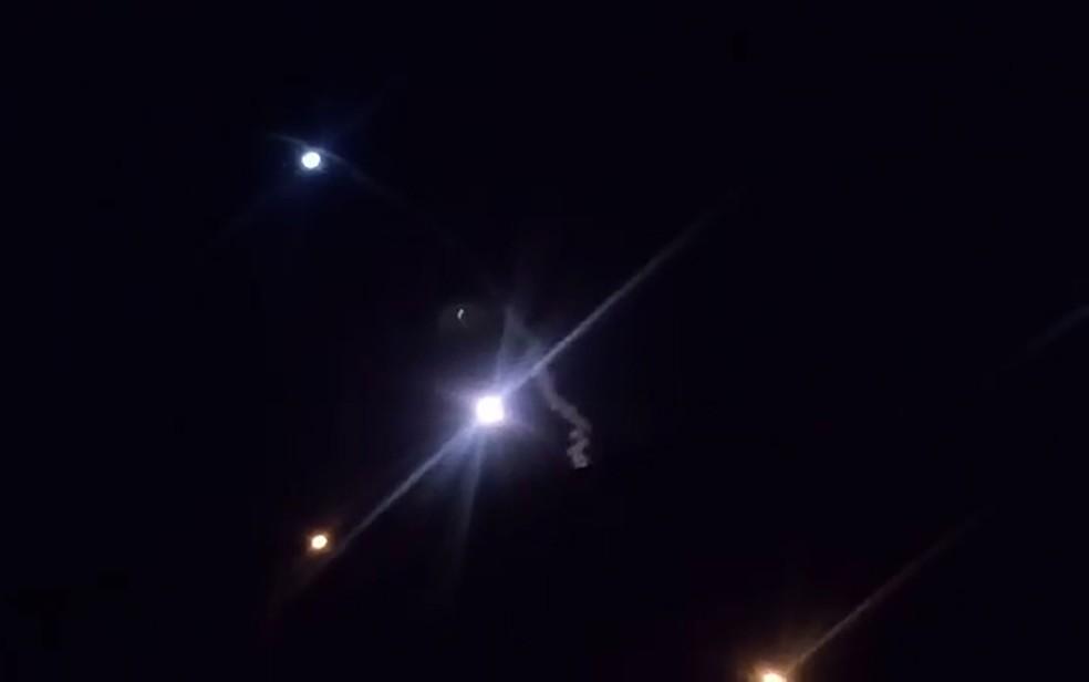 Imagem de vídeo da TV iraniana mostra suposto lançamento de mísseis do Irã sobre base militar americana em Al-Asad, no Iraque, na madrugada de quarta-feira (8) — Foto: AFP Photo/Islamic Republic of Iran Broadcasting