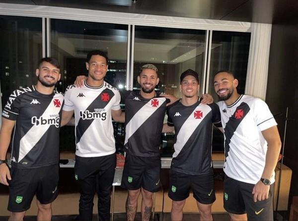 Jogadores da seleção olímpica com camisas do Vasco — Foto: Reprodução / Twitter Vasco