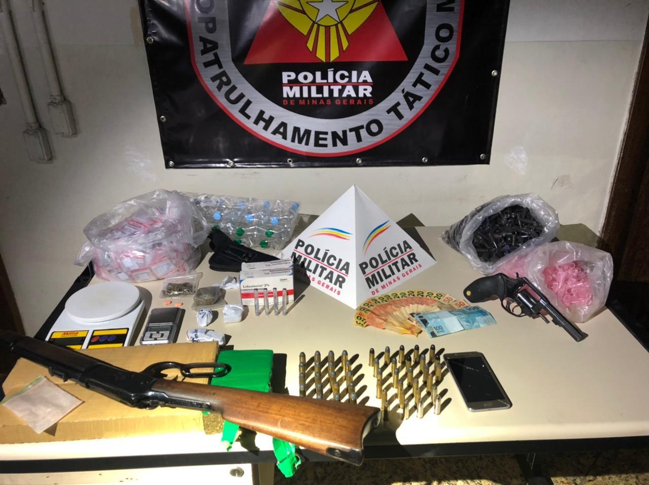 Polícia Militar prende cadeirante e comparsa suspeitos de tráfico de drogas na Grande BH