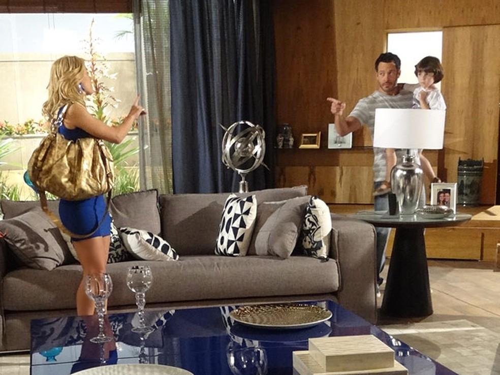 Quinzé (Malvino Salvador) não gosta quando encontra Teodora (Carolina Dieckmann) na mansão, em 'Fina Estampa' — Foto: Globo