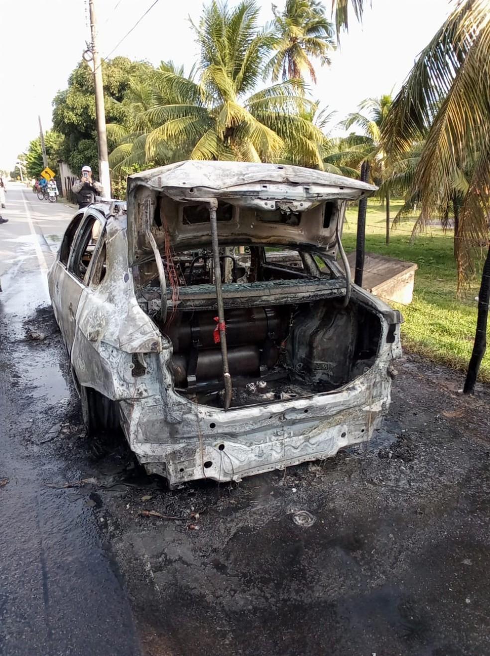 Carro movido a GNV foi tomado pelas chamas em Marechal Deodoro, AL — Foto: Divulgação/ Corpo de Bombeiros de Alagoas