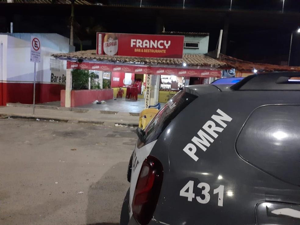 Dois homens morrem e criança de 11 anos é baleada em bar na Zona Norte de Natal — Foto: Julianne Barreto/Inter TV Cabugi