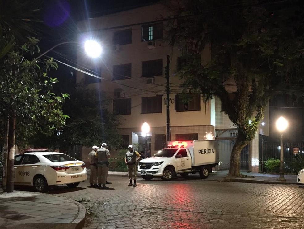 Jovem de 23 anos foi morta com um tiro na cabeça durante assalto na Rua República, na Cidade Baixa. — Foto: Samuel Vettori/RBS TV