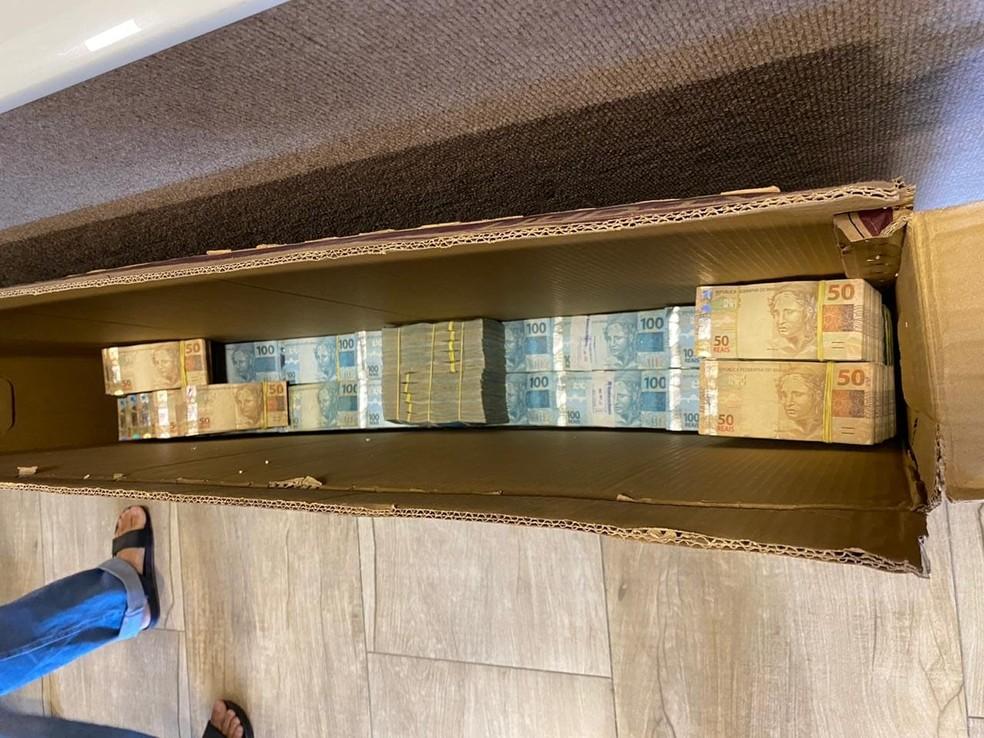 Uma grande quantidade de dinheiro que estava escondida em uma caixa na sede de uma empresa de Fortaleza foi apreendida pela Polícia Federal durante o cumprimento de um dos mandados. — Foto: Polícia Federal/ Divulgação