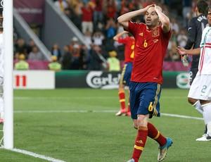 Iniesta, Portugal x Espanha (Foto: Agência Reuters)