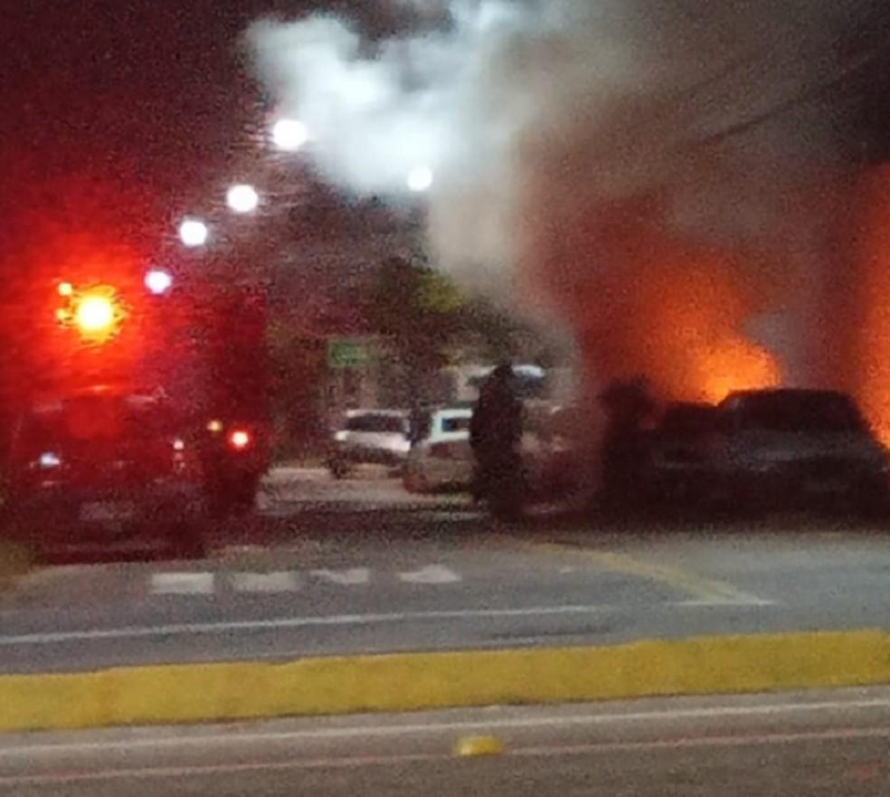 Ainda não se sabe as causas do incêndio. O veículo era investigado pela polícia. — Foto: Reprodução