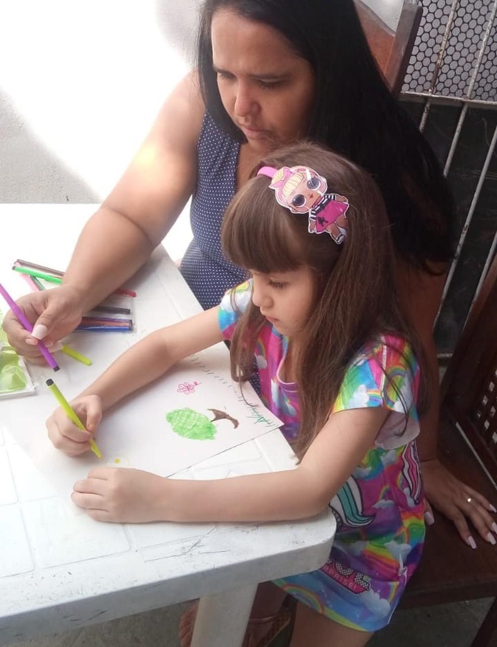 A professora Jorlice Colares Marques ensina a filha, Sofia Colares Marques, a respeitar a natureza (Foto: Maria Sousa)