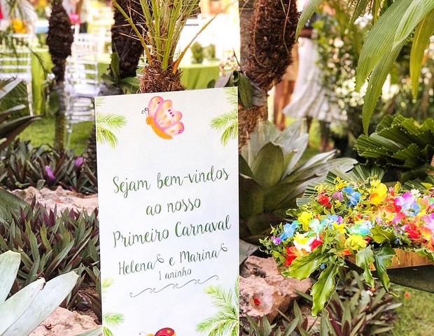 Clima tropical, muitas flores e cores na festa de 1 ano das gêmeas Marina e Helena (Foto: Reprodução Instagram)