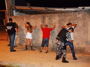 Pessoas são revistadas durante a operação (Foto: Sargento Juarez Pereira/Brigada Militar)
