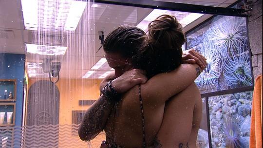 Antes de deixar o chuveiro, Paula pede: 'Dá um abraço aqui que eu vou sair'