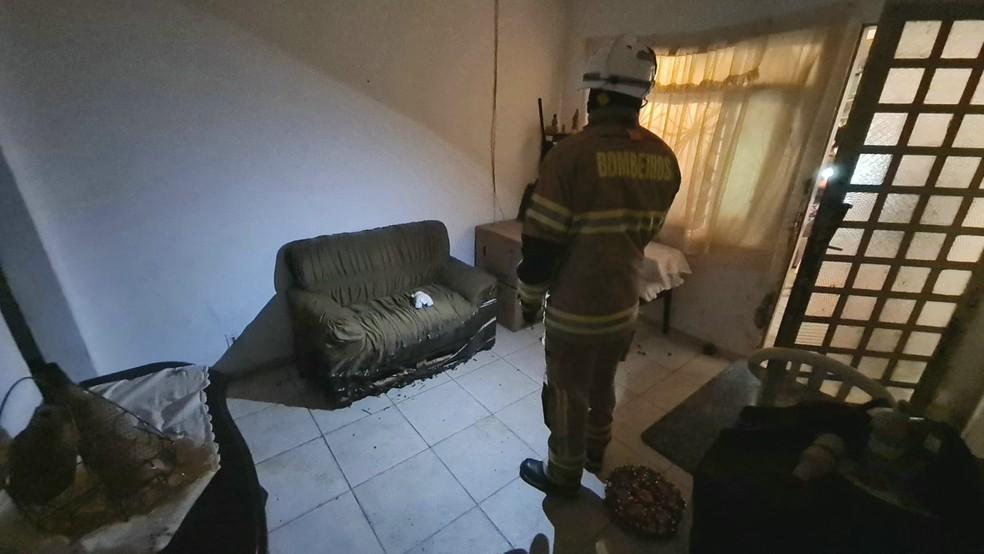 Fogo atinge residência após explosão de botijão de gás em Ceilândia, no DF — Foto: CBMDF/Divulgação