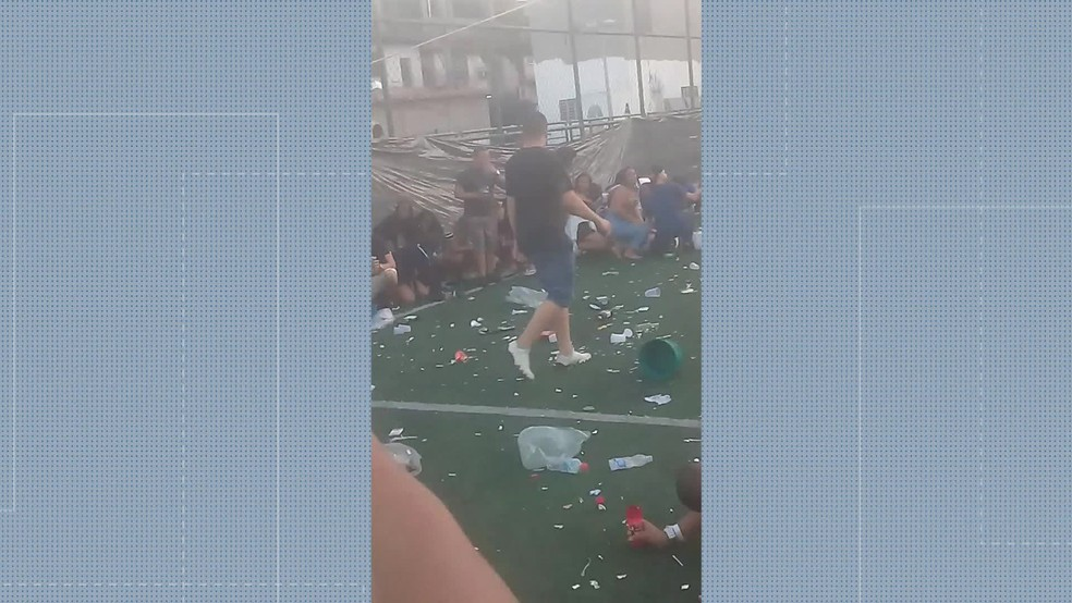 Frequentadores de baile abaixam durante tiroteio entre criminosos e policiais militares na comunidade Para Pedro, em Colégio, na Zona Norte do Rio — Foto: Reprodução/ TV Globo