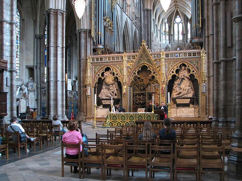 Interior da Abadia de Westminster: à esquerda, o túmulo de Isaac Newton (Foto: Wikimedia Commons)