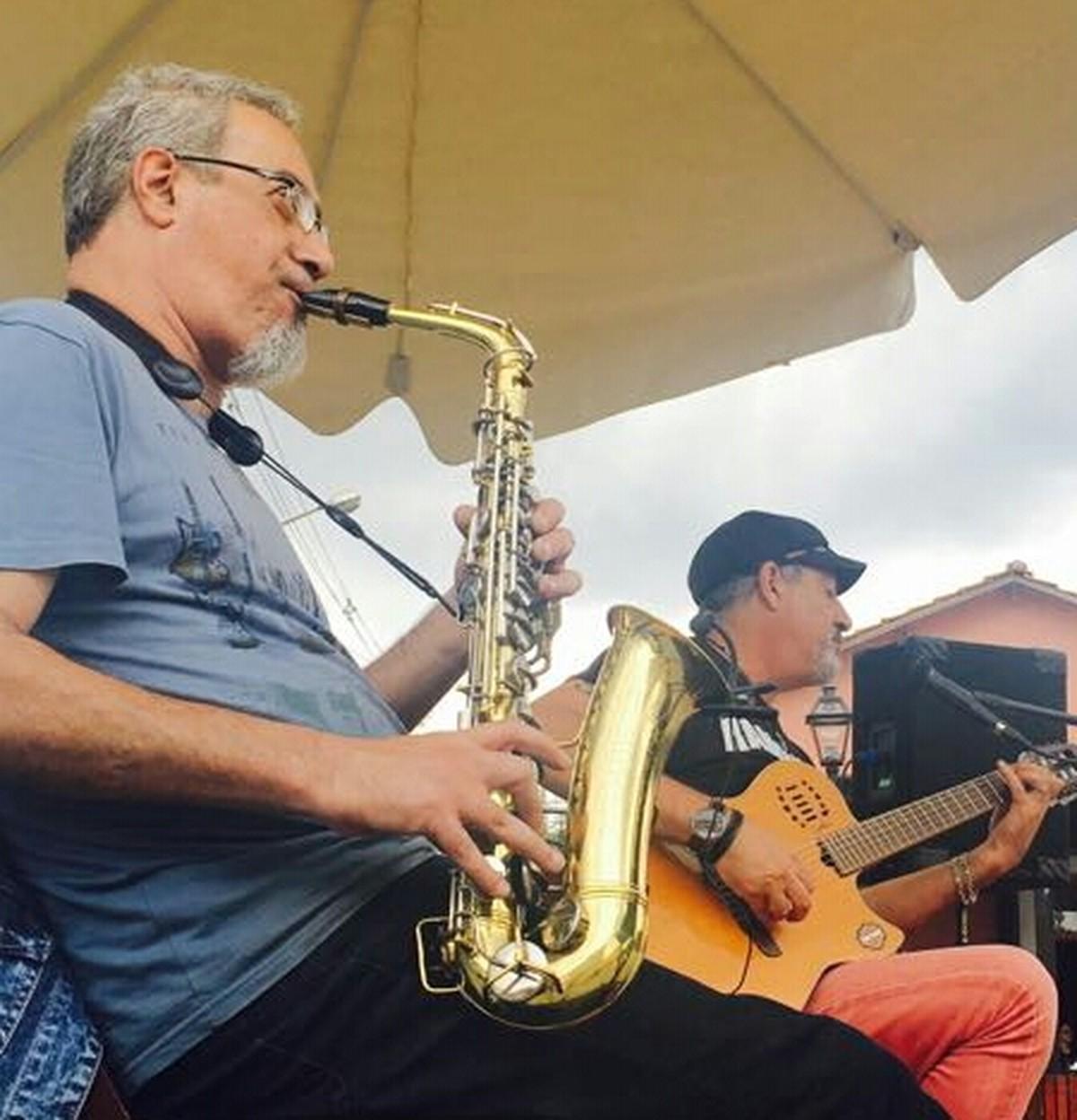 Marcos e Dino são atração do projeto Som na Vila, em Guararema, neste sábado