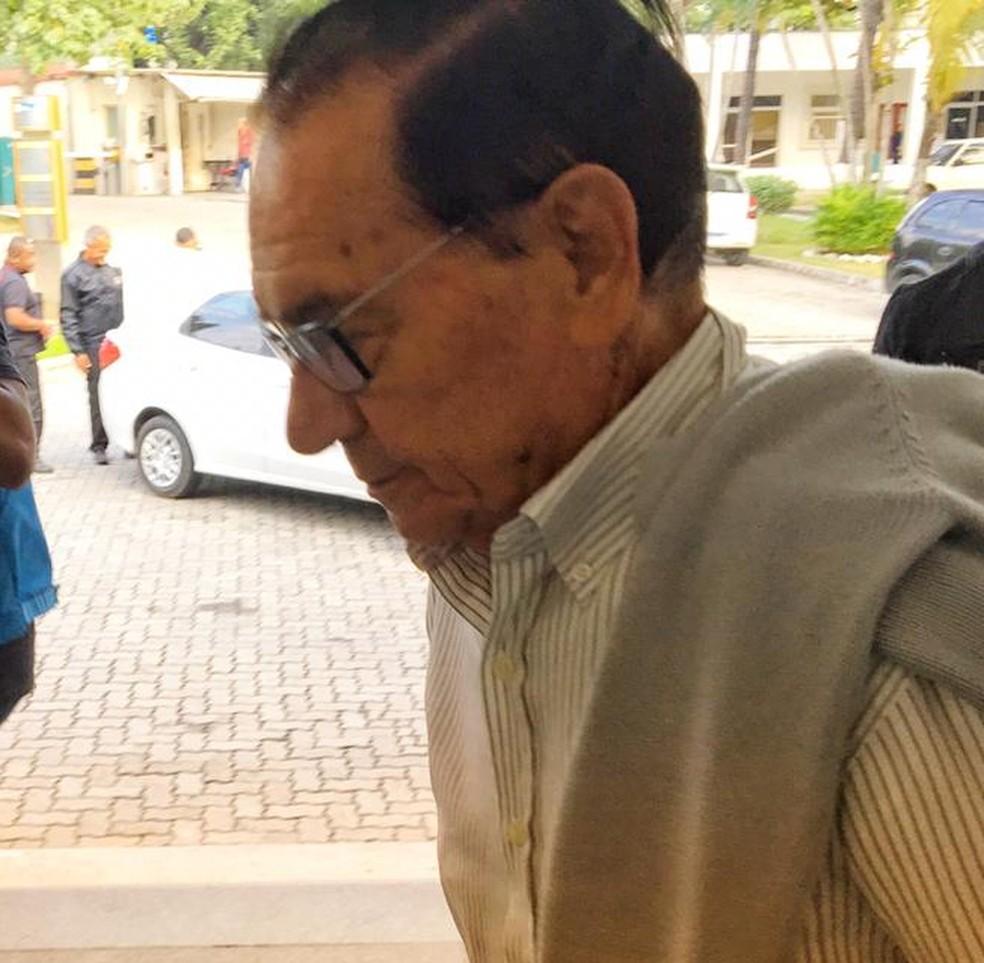 Manuel Henriques da Silva Júnior chega à Cidade da Polícia — Foto: Reprodução/TV Globo