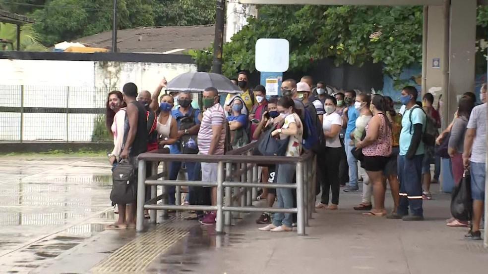 No Terminal Integrado da Caxangá, chuva e fila enquanto ônibus não passam — Foto: Reprodução/TV Globo