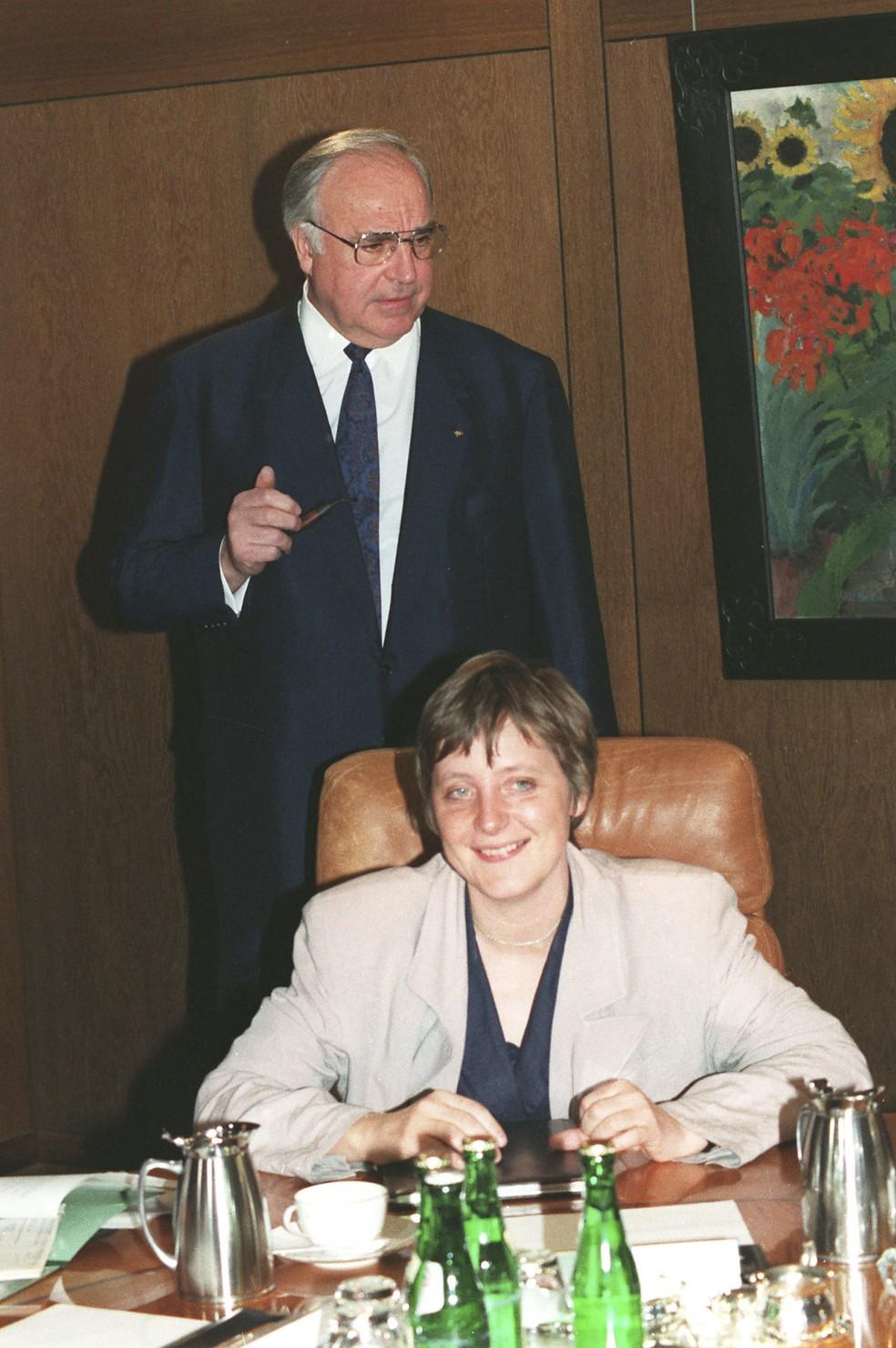 Na foto, de 30 de abril de 1991, o então chanceler alemão Helmut Kohl aparece atrás de Merkel, na época ministra da Mulher e da Juventude da Alemanha, antes de uma reunião de gabinete na Chancelaria em Bonn, na Alemanha. — Foto: Fritz Reiss/AP