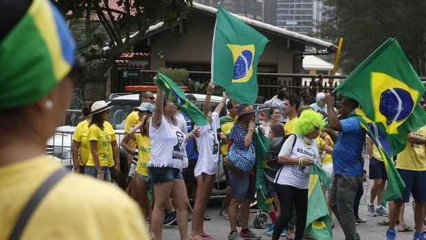 Eleitores em frente à casa de Jair Bolsonaro no Rio de Janeiro (Foto: Tânia Regô/AgenciaBrasil)