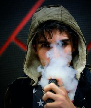 Cigarro eletrônico aumenta em até 7 vezes risco de Covid-19 em jovens