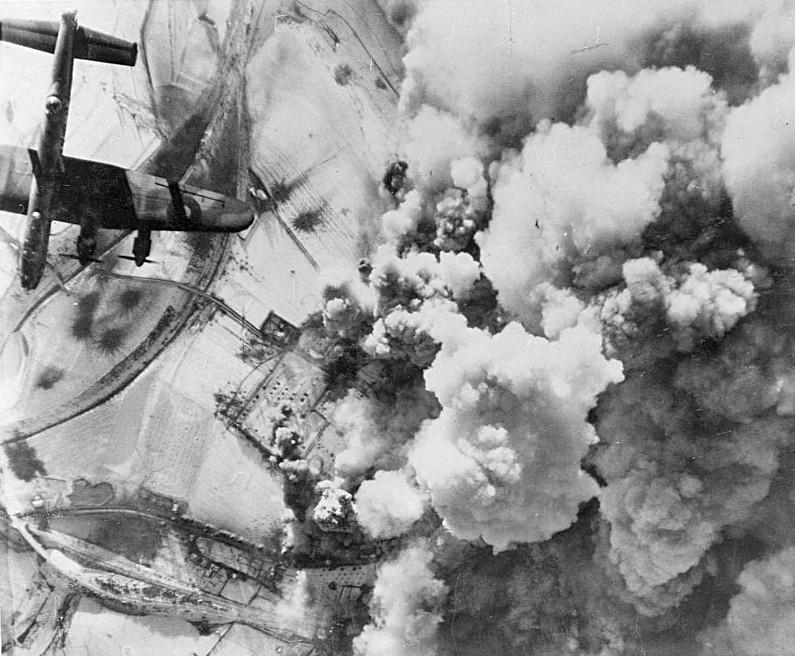 Avião da Força Aérea do Reino Unido ataca inimigo (Foto: Wikimedia Commons)