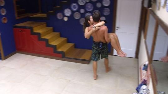 Manoel carrega Vivian no colo e recebe elogio: 'Você é lindo'