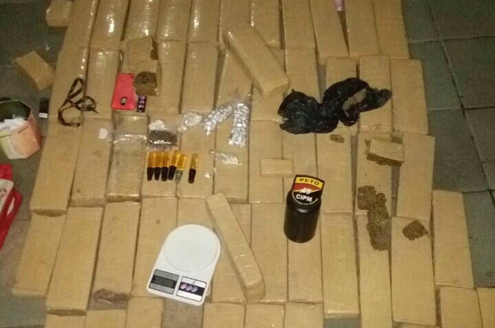Policiais apreenderam 85kg de drogas no local (Foto: Divulgação/SSP-BA)