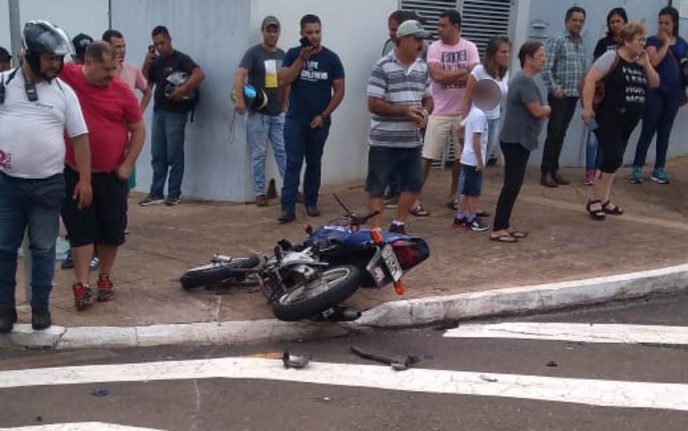 Moto ficou destruída após colisão com carro em Franca, SP — Foto: Corpo de Bombeiros/Divulgação
