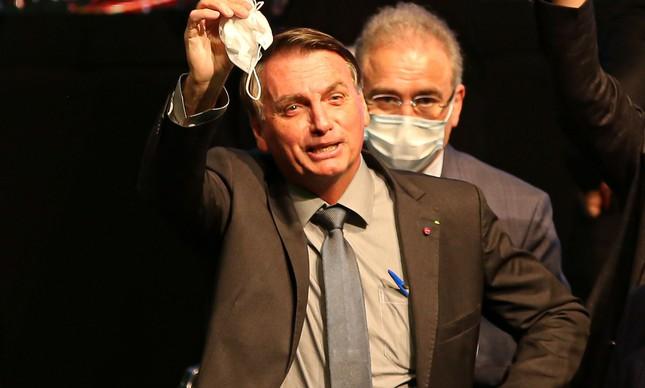 Presidente Jair Bolsonaro tira a máscara em evento fechado na cidade de Chapecó (SC), contrariando protocolos sanitários diante de seu ministro da Saúde, Marcelo Queiroga