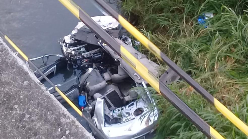 Carro ficou completamente destruído — Foto: Cid Vaz/TV Bahia