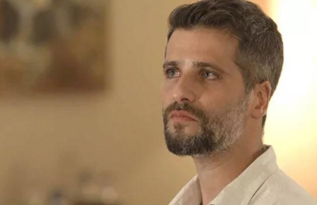 Gabriel (Bruno Gagliasso) se jogará na frente de Luz (Marina Ruy Barbosa) para protegê-la de um tiro disparado por Laura (Yanna Lavigne). Após ser atingido no peito, ele morrerá (Foto: TV Globo)