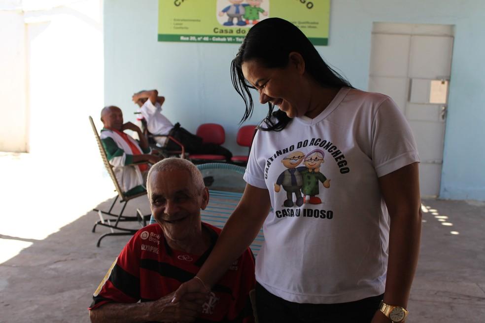 Seu Sebastião e a diretora do Cantinho do Aconchego, Edvania Nascimento (Foto: Emerson Rocha)