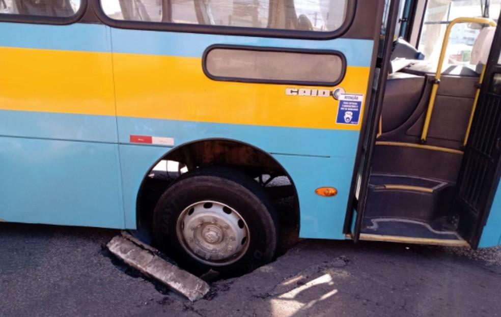 Ônibus caiu em buraco em Aracaju— Foto: Divulgação/SMTT/Aracaju