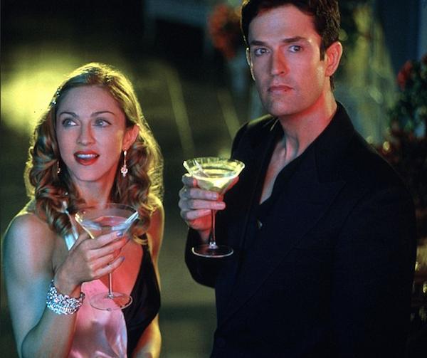 O ator Rupert Everett em cena com Madonna (Foto: Reprodução)