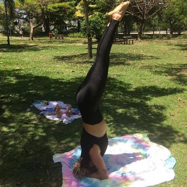 Juliana Didone pratica ioga na companhia da filha, Liz (Foto: Reprodução/Instagram)