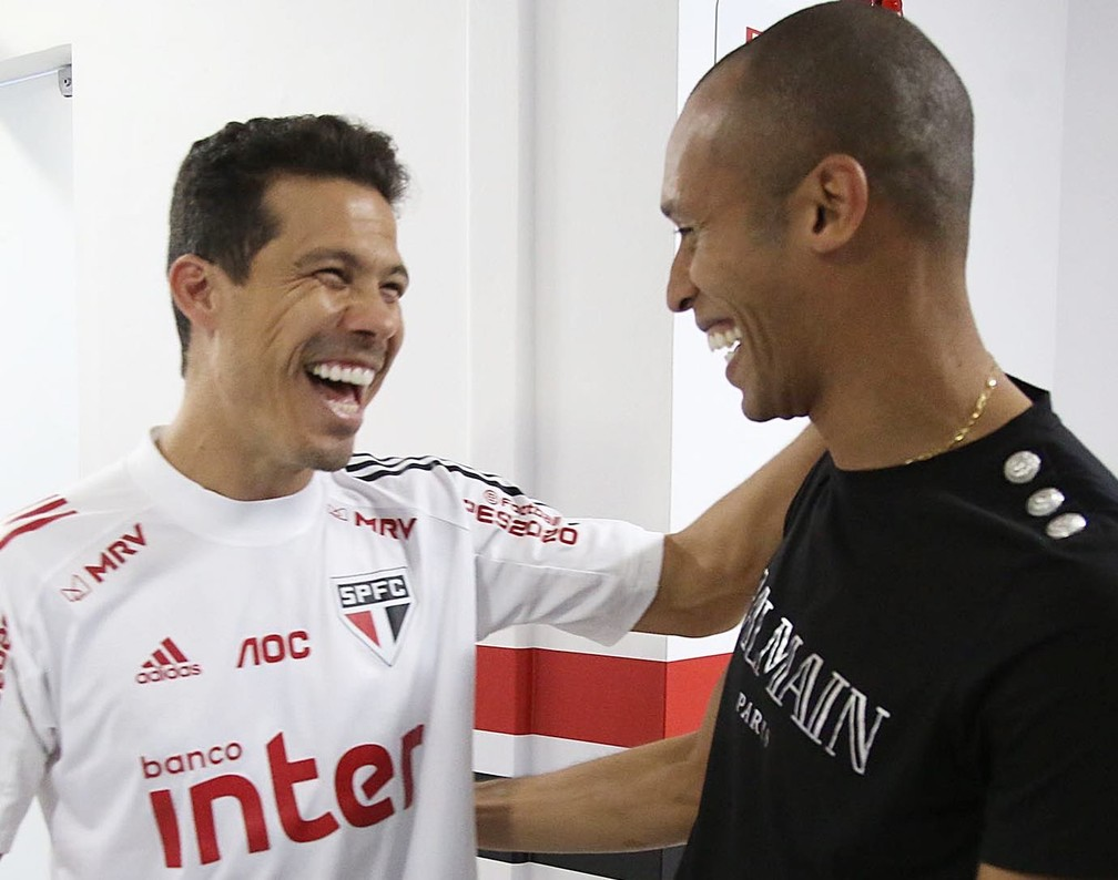 Miranda e Hernanes conversam no CT do São Paulo — Foto: Divugação/São Paulo
