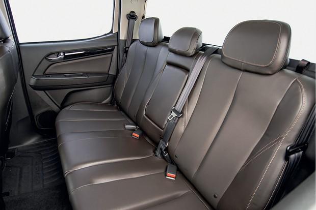 Chevrolet S10 High Country - O entre-eixos continua com  3,10 m. O espaço  para os passageiros no banco de trás é bom, principalmente para as pernas (Foto: Divulgação)