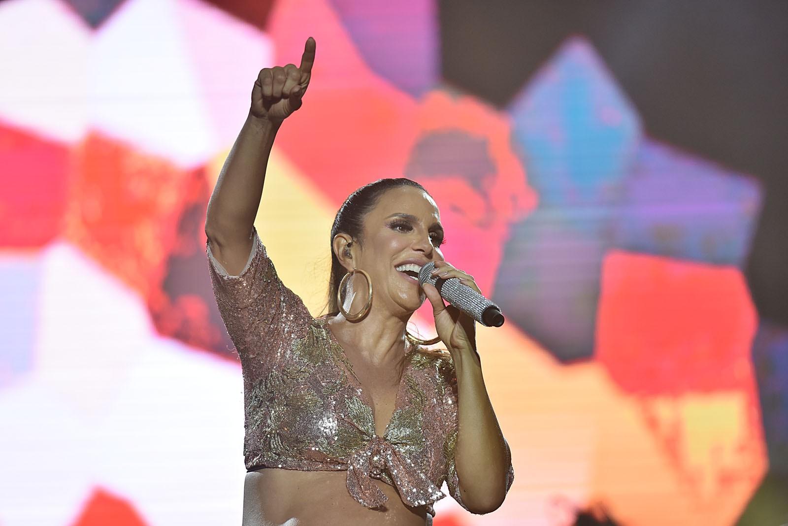 Com barrigão de fora, Ivete transforma o FV2017 em um circuito do carnaval de Salvador das antigas