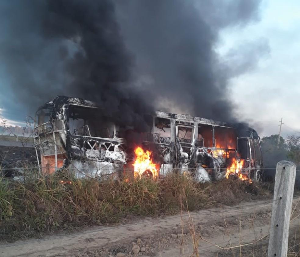 Microônibus pegou fogo após colisão com carreta de combustível em RO — Foto: Reprodução/Redes Sociais