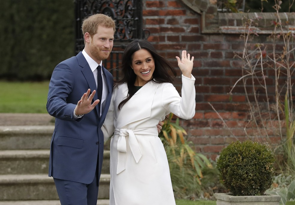 Após anúncio de noivado, príncipe Harry e Meghan Markle posam para fotógrafos nos jardins do palácio de Kensington (Foto: Matt Dunham/AP Photo)
