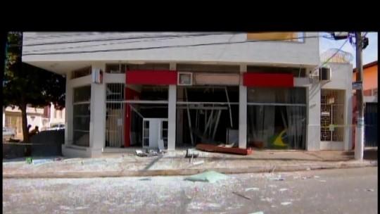 Criminosos explodem caixas de duas agências em Dores do Indaiá