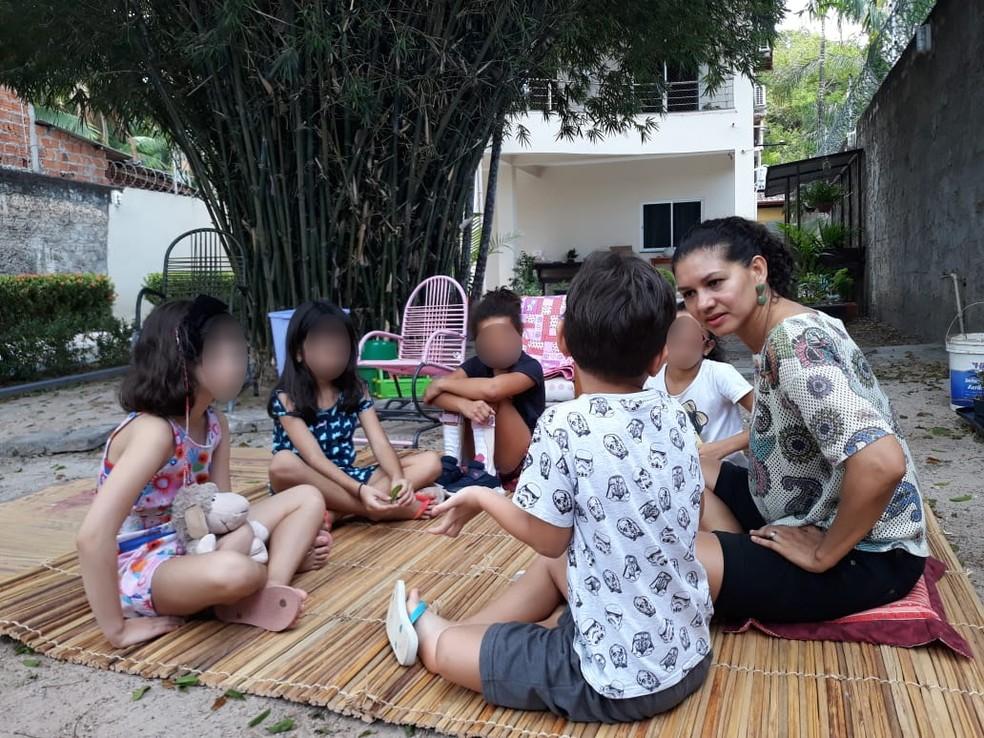 Silvia Mendonça, coach infantil, durante sessão coletiva com crianças — Foto: Silvia Mendonça/Arquivo Pessoal