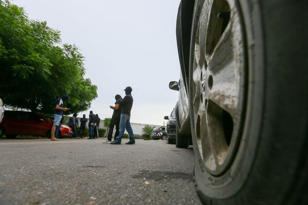 Pneus de veículos oficiais foram esvaziados dentro de uma unidade de elite no Ceará  — Foto: Camila Lima/SVM