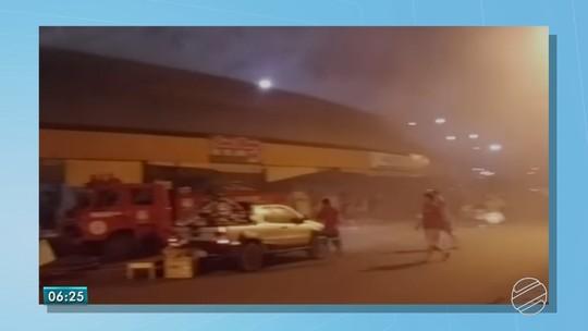 Incêndio destrói boxes de comércio popular na linha de fronteira do Brasil com o Paraguai