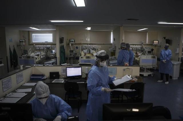 Médicos e enfermeiros na UTI do Hospital Pedro Ernesto (Foto: Alexandre Cassiano / Agência O Globo)