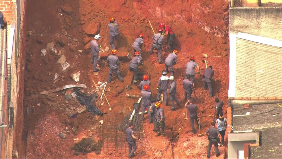 Bombeiros procuram se há vitimas no soterramento na Penha — Foto: TV Globo/Reprodução