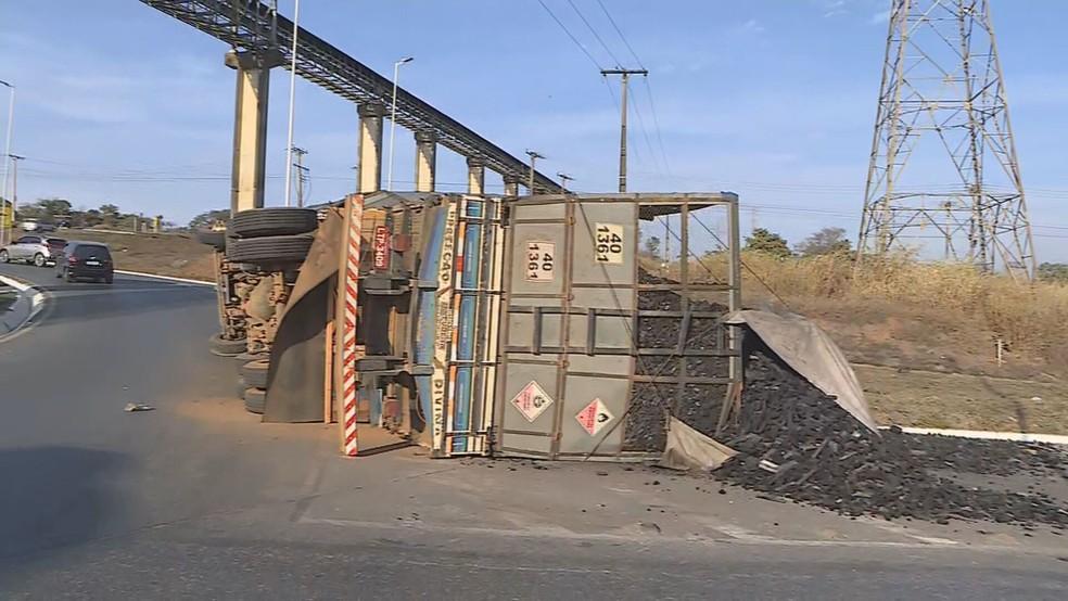 Carreta com carvão tomba na MG-424, na Grande BH — Foto: Reprodução/TV Globo