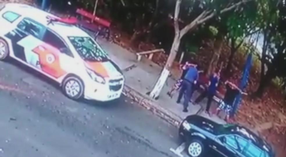 Imagens registram policial agredindo adolescente durante abordagem em Cerquilho (Foto: Reprodução/TV TEM)